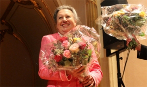 Amal Fikry receives flowers after the Al Nour Wal Amal Chamber Orchestra's concert in Hamburg, 11 October 2013 (Photo: Ati Metwaly)
